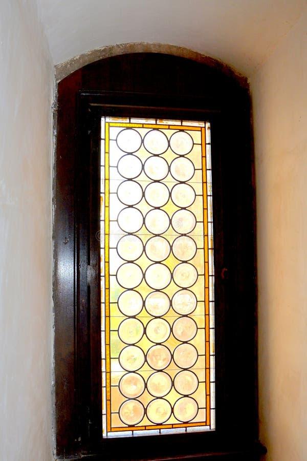 Fenêtre à l'intérieur du château de Corvin dans Hunedoara, la résidence du roi roumain de la Transylvanie, Iancu de Hunedoara images stock