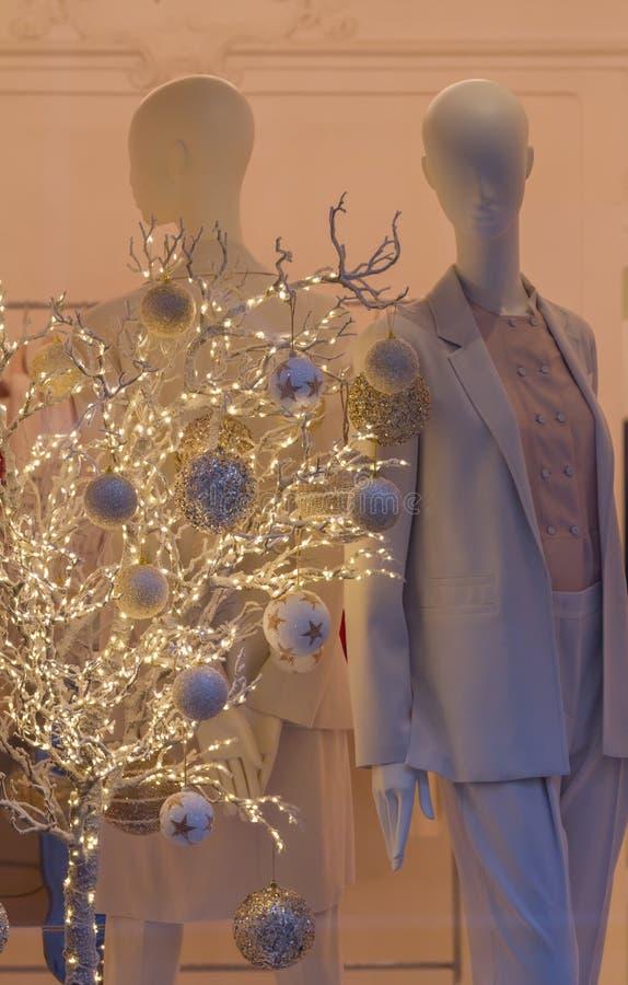 Fenêtre élégante de boutique au temps de Noël photo libre de droits