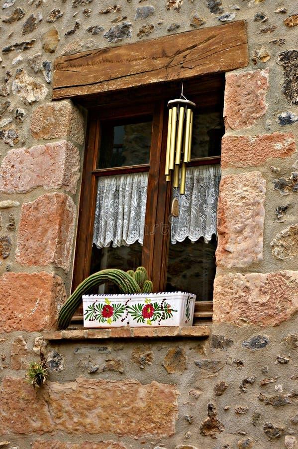 Fenêtre adorable d'une maison rustique images libres de droits