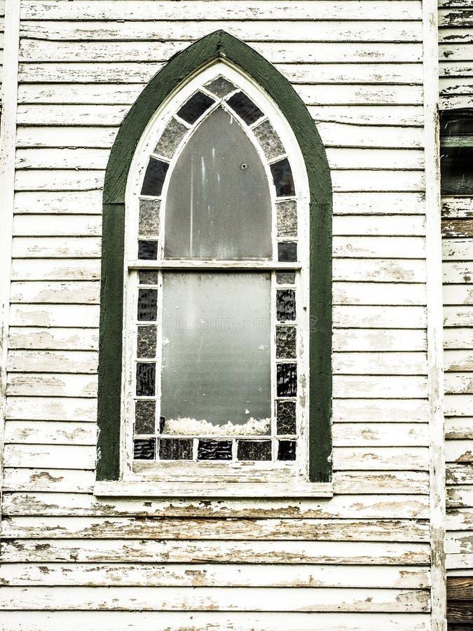 Fenêtre aiguë et arquée dans l'église de mère patrie photos stock