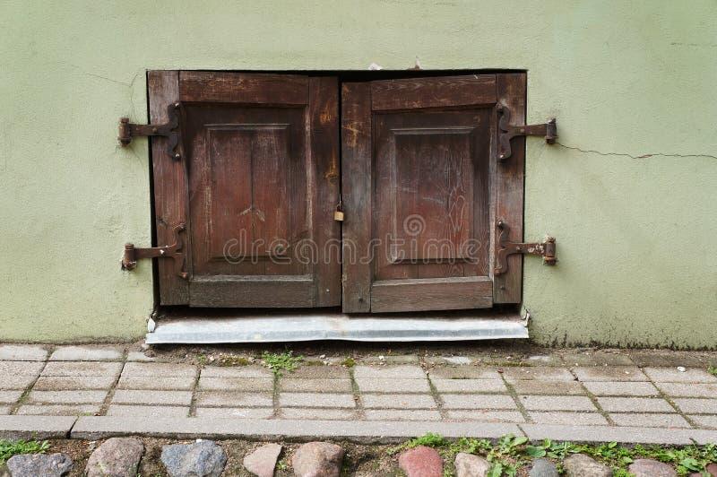 Fenêtre antique avec les volets en bois image stock