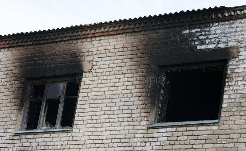 Fenêtre après le feu photographie stock libre de droits