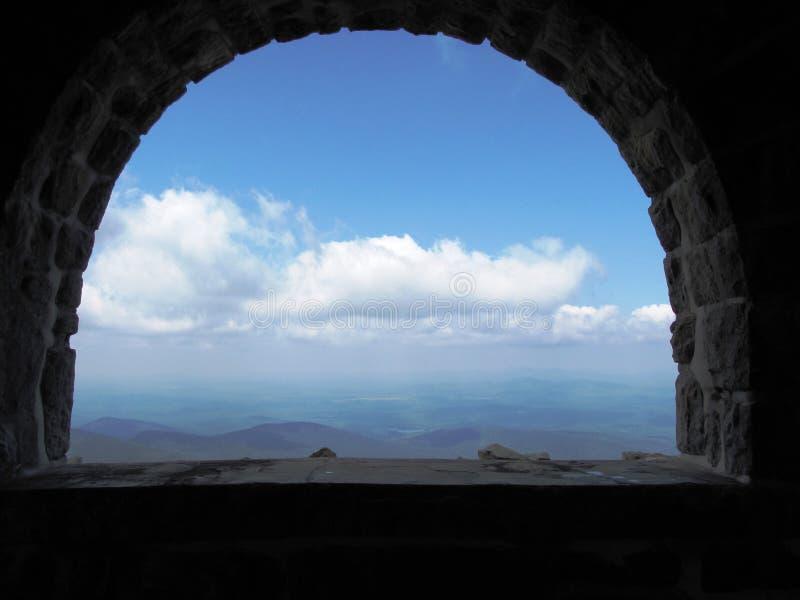Fenêtre aux nuages images stock