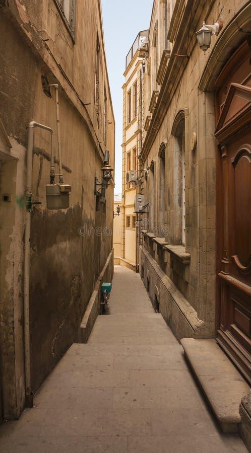 Fenêtre avec des barres dans le mur du vieux bâtiment Icheri Sheher Bakou, Azerbaïdjan 2018 photos stock