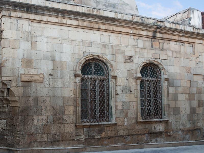 Fenêtre avec des barres dans le mur du vieux bâtiment Icheri Sheher Bakou, Azerbaïdjan 2018 photos libres de droits