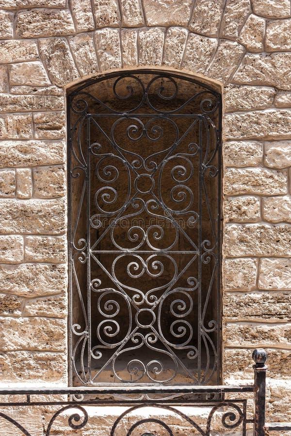 Fenêtre avec des barres dans le mur du vieux bâtiment Icheri Sheher Bakou, Azerbaïdjan 2018 photographie stock libre de droits