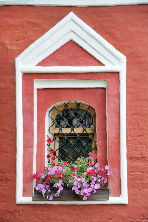 Fenêtre avec des fleurs - église d'hypothèse dans Suzdal image stock