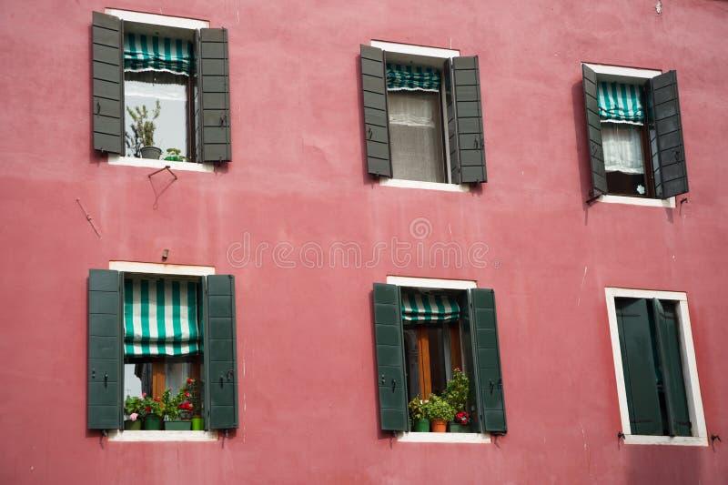 Fenêtre avec des fleurs dans la belle maison images stock