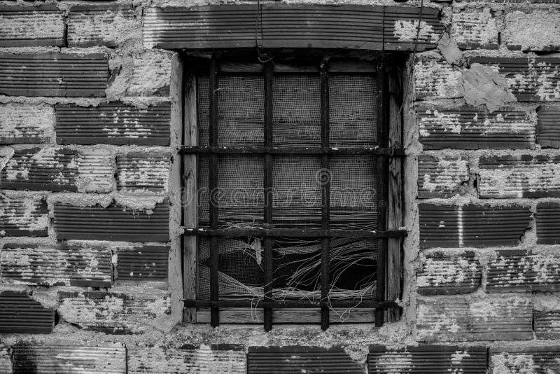 Fenêtre avec des grils de fer photos stock