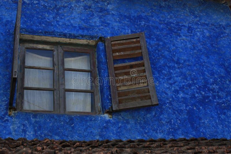 Fenêtre avec des volets photo libre de droits