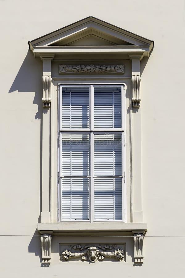 Fenêtre avec la jalousie fermée image stock