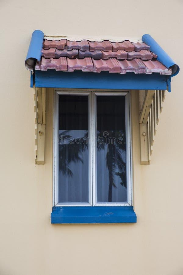 Fenêtre avec la tente carrelée photo libre de droits