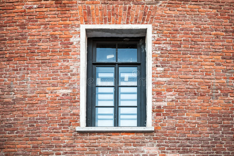 fen tre avec le cadre noir dans le vieux mur de briques image stock image du structure. Black Bedroom Furniture Sets. Home Design Ideas
