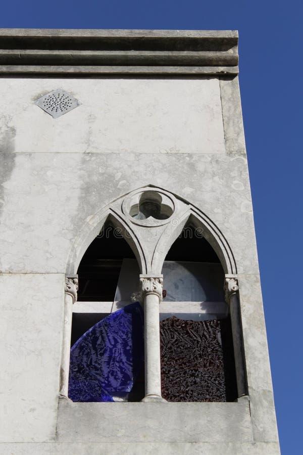 Fenêtre avec le cristal coloré cassé image libre de droits