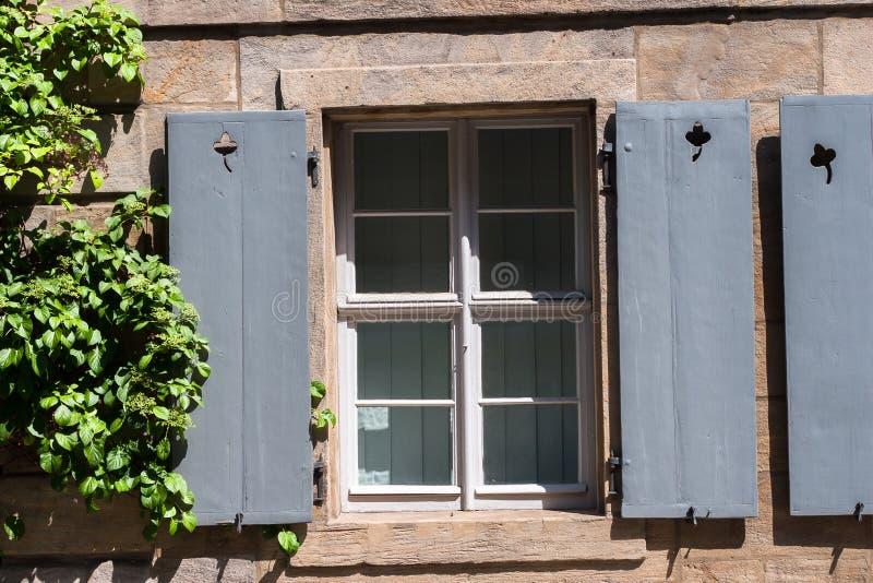 Fenêtre Avec Le Gris Volet Blanc Photo Stock Image Du