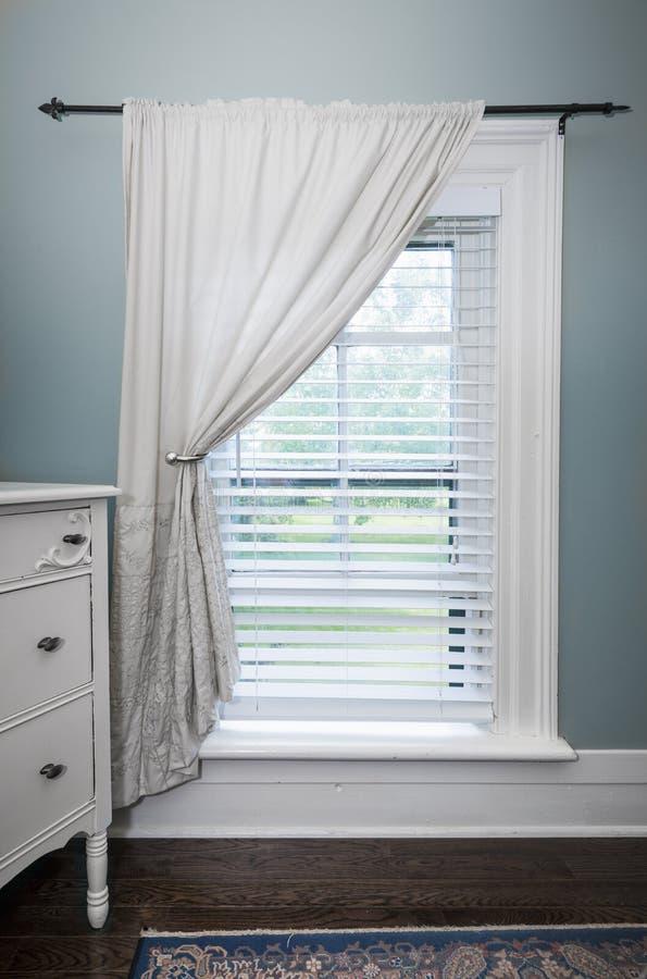 Fenêtre avec les abat-jour et le rideau images libres de droits