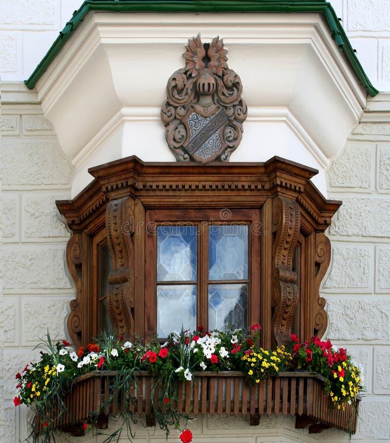 Fenêtre avec les boîtes 7139 de fleur photos stock