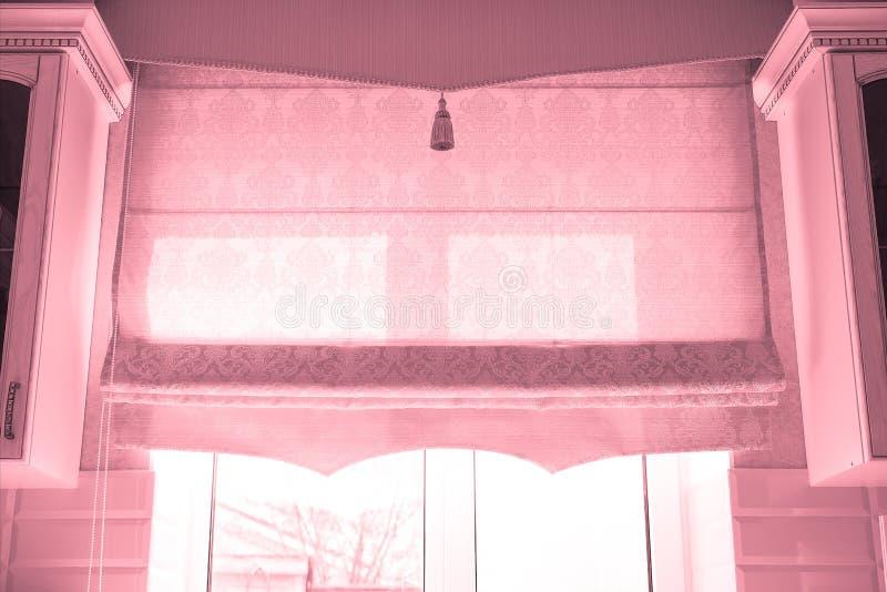 Fenêtre avec rideaux image stock
