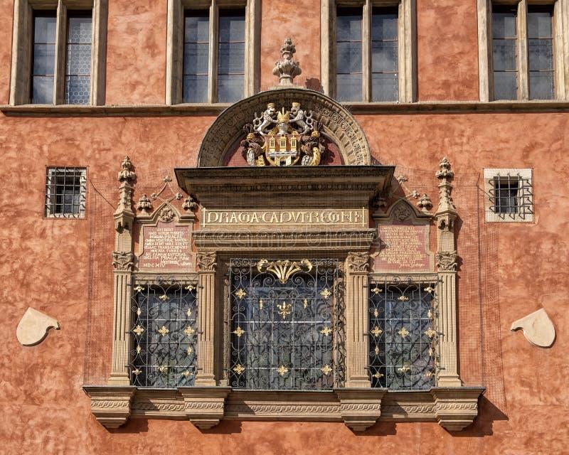Fenêtre avec un plus grand manteau de version des bras de la ville de Prague, vieux hôtel de ville, République Tchèque de Prague photographie stock libre de droits