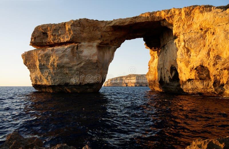 Fenêtre azurée - formation de roche au-dessus de mer photo stock