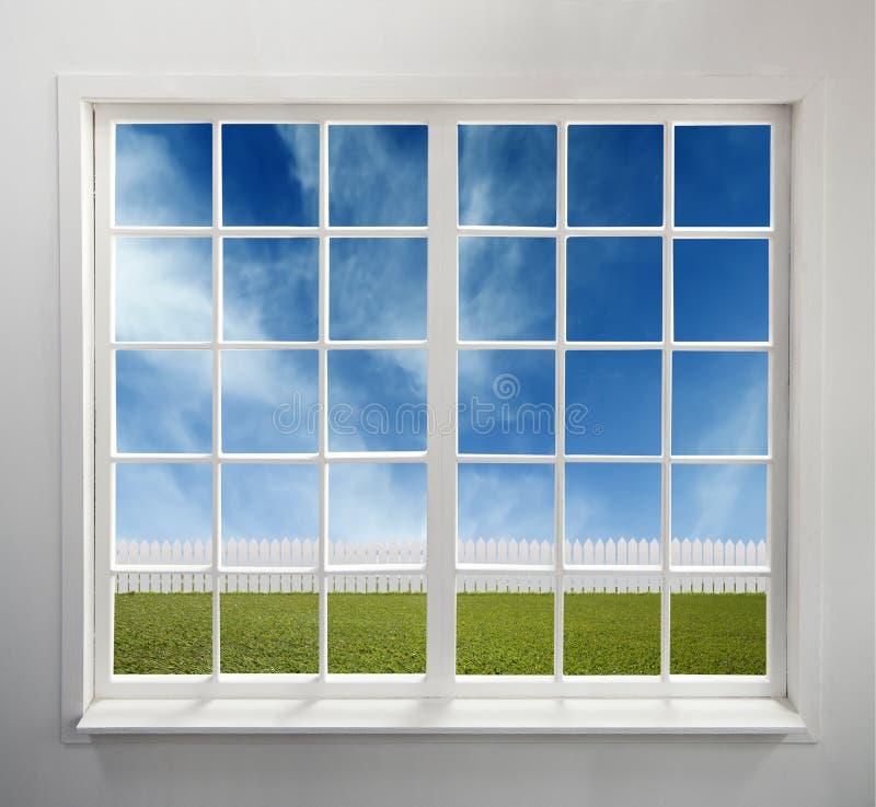 Fenêtre blanche classique avec une vue images libres de droits