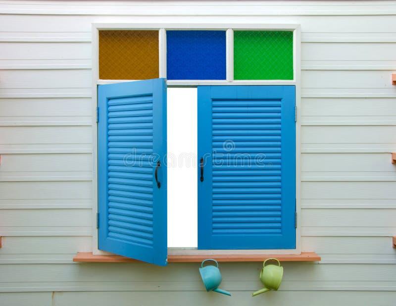 fenêtre bleue sur le mur à la maison photographie stock