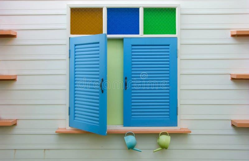fenêtre bleue sur le mur à la maison photographie stock libre de droits