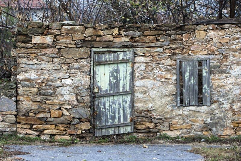 Fenêtre cassée de porte et mur en pierre images libres de droits