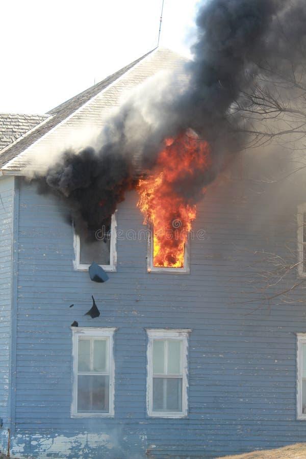 Fenêtre cassée en flammes photographie stock