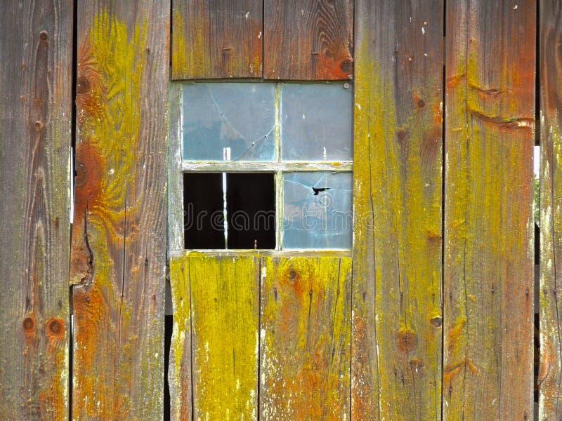 Fenêtre cassée sur la grange vieillissante photographie stock libre de droits