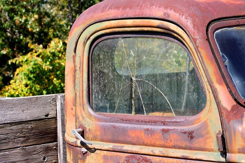 Fenêtre cassée sur le vieux camion pick-up de vintage images libres de droits