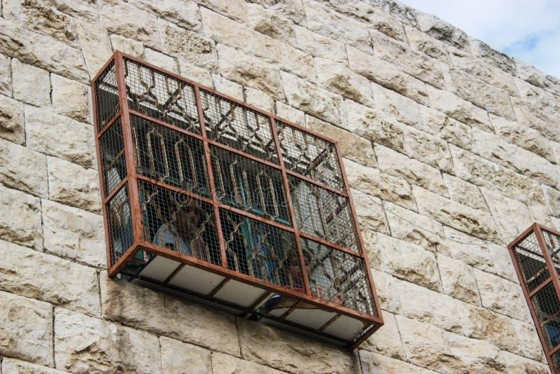 Fenêtre clôturée dans la ville occupée de Hebron dans le Palestinien photos libres de droits