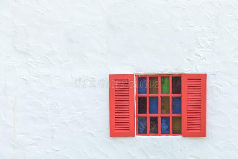 Fenêtre colorée de cru sur le mur blanc photo libre de droits