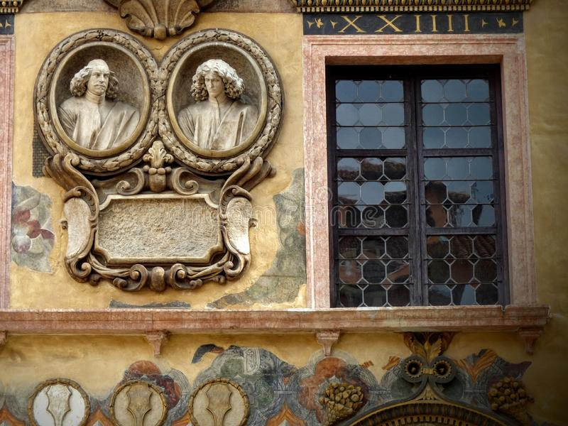 Fenêtre décorée des médaillons de deux bustes des statues d'un palais antique de Vérone en Italie photos libres de droits