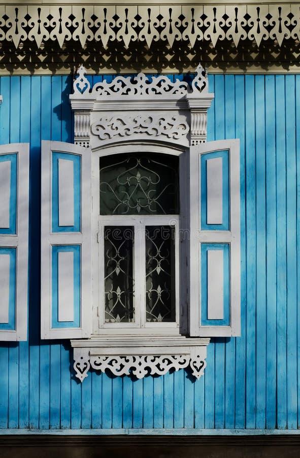 Fenêtre découpée en bois antique avec des modèles aux bords image libre de droits