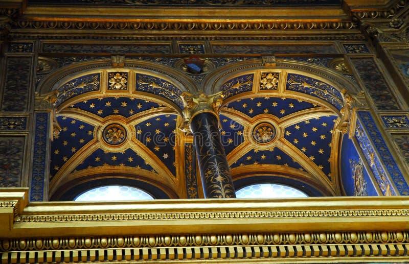 Fenêtre d'Ullioned avec l'ornement d'or sur le fond bleu profond dans le dell'Incoronata de temple dans Lodi du centre dans le &# photo libre de droits