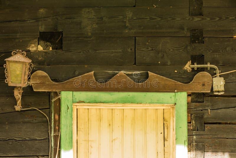 Fenêtre d'une hutte abandonnée de montagne photos stock
