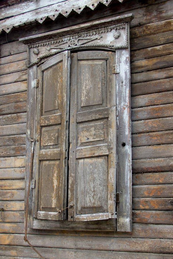 Fenêtre d'une vieille maison russe décorée du découpage du bois photographie stock