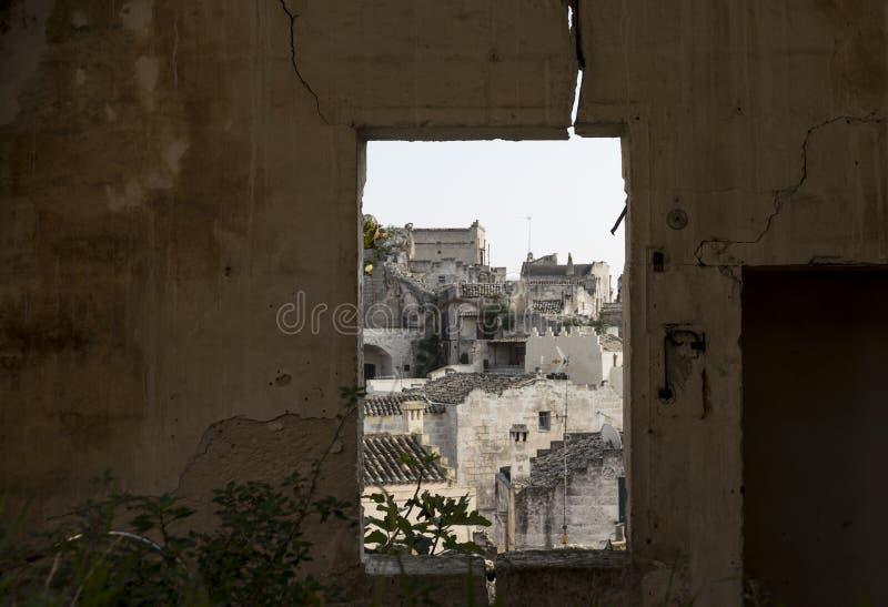 Fenêtre dans la maison abandonnée avec la vue vers Matera, l'Italie images libres de droits