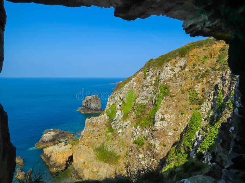 Fenêtre dans la roche, île de Sark, Îles Anglo-Normandes photo stock