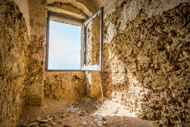 Fenêtre dans la vieille forteresse ruinée images stock