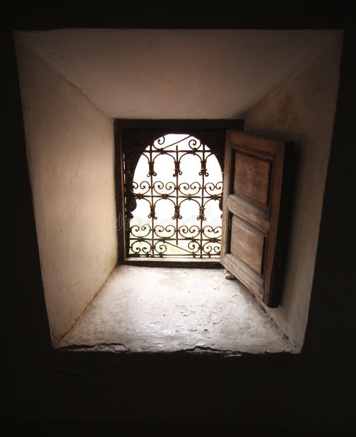 Fenêtre dans le madrasa d'Ali-Ben-Youssef à Marrakech photographie stock
