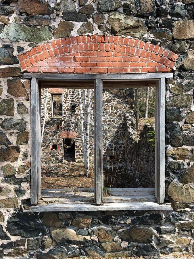 Fenêtre dans les ruines du mien d'en cuivre du Delaware sur la péninsule de Keweenaw, péninsule supérieure, Michigan images stock