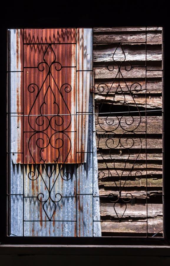 Fenêtre de bagout de fer travaillé de vintage photographie stock libre de droits