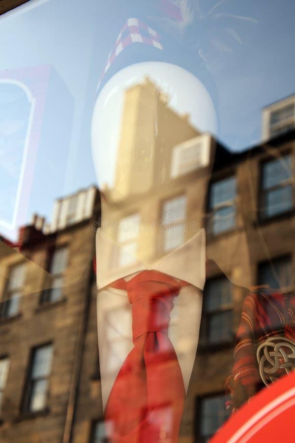 Fenêtre de boutique d'écossais avec la réflexion de bâtiment image stock