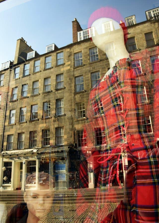 Fenêtre de boutique d'écossais avec la réflexion de bâtiment photographie stock