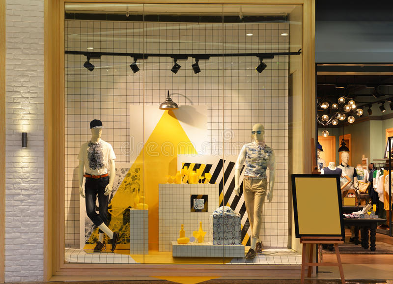 Fenêtre de boutique de la mode de l'homme image stock