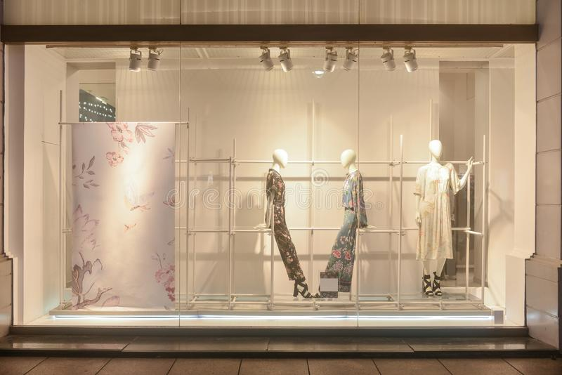 Fenêtre de boutiques de robes de viseur de boutique de mode image libre de droits