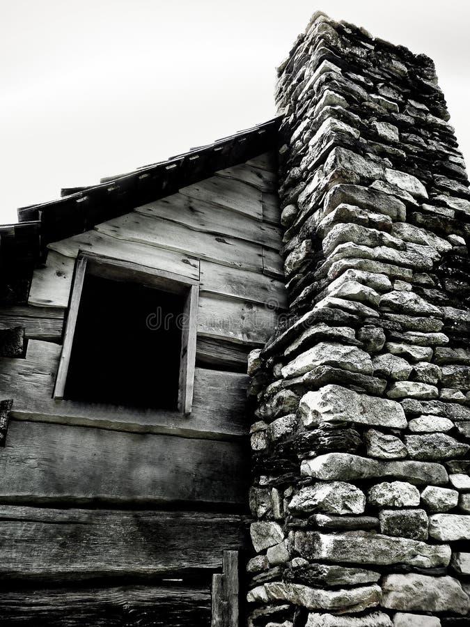 Fenêtre de carlingue avec la cheminée en pierre photo stock