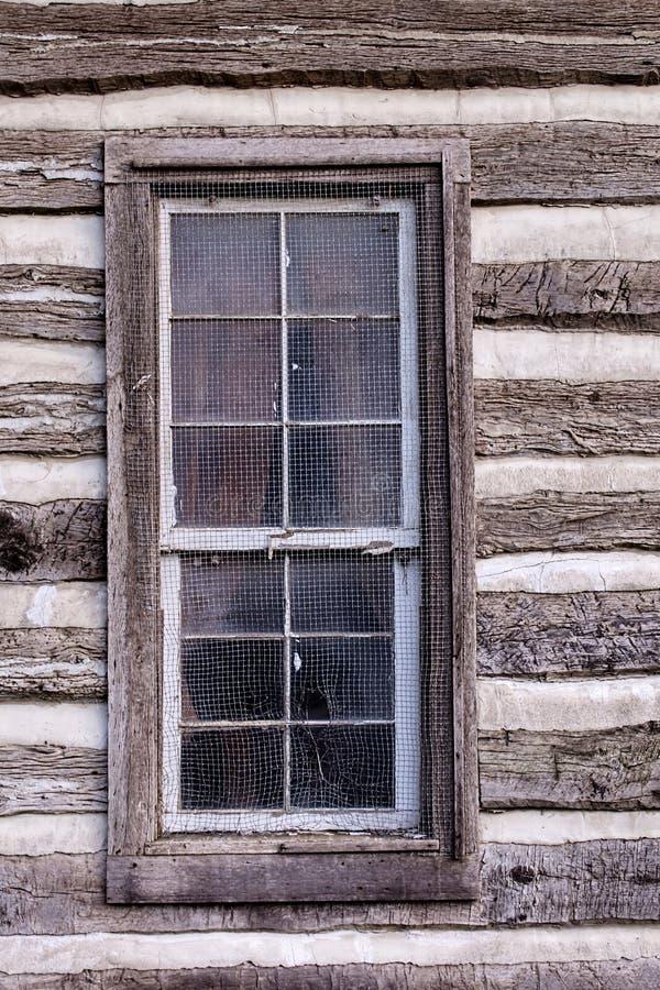 Fenêtre de carlingue historique de rondin photos stock
